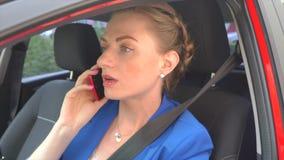 Mujer en la habitación su adentro coche y negociaciones sobre el teléfono Ella comienza repentinamente a discutir y las miradas f metrajes