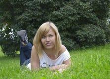 Mujer en la hierba Imagenes de archivo