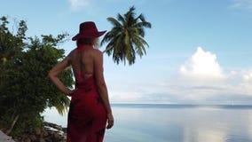 Mujer en la isla de Praslin almacen de metraje de vídeo