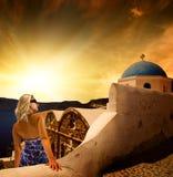 Mujer en la isla de Santorini Fotos de archivo libres de regalías