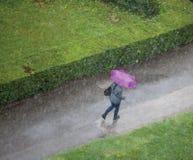 Mujer en la lluvia Fotografía de archivo libre de regalías