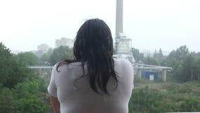 Mujer en la lluvia almacen de metraje de vídeo