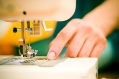 Mujer en la máquina de coser.   Fotografía de archivo libre de regalías
