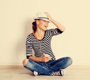 Mujer en la música que escucha de la pared Imagen de archivo libre de regalías