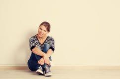 Mujer en la música que escucha de la pared Fotos de archivo libres de regalías