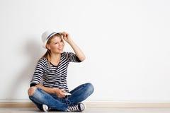 Mujer en la música que escucha de la pared Imágenes de archivo libres de regalías
