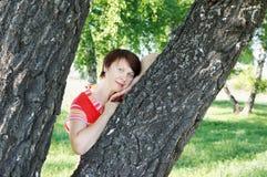 Mujer en la madera de abedul Imagen de archivo