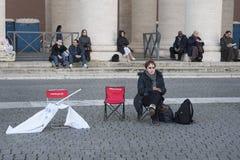 Mujer en la masa de papa Francisco Imagen de archivo libre de regalías