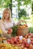 Mujer en la mercado de la fruta Fotografía de archivo libre de regalías