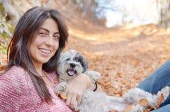 Mujer en la montaña con su perro Foto de archivo libre de regalías