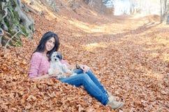 Mujer en la montaña con su perro Fotos de archivo