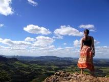 Mujer en la montaña superior Fotos de archivo libres de regalías