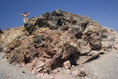 Mujer en la montaña volcánica Fotos de archivo libres de regalías