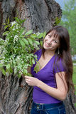 Mujer en la naturaleza en un parque Imagenes de archivo
