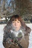 Mujer en la nieve Fotos de archivo
