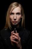 Mujer en la noche con el arma Foto de archivo libre de regalías