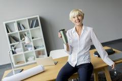 Mujer en la oficina Foto de archivo libre de regalías