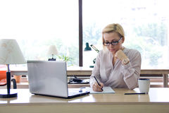 Mujer en la oficina Foto de archivo