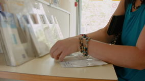 Mujer en la oficina de correos almacen de video