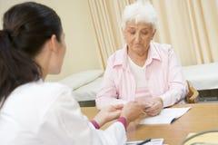 Mujer en la oficina del doctor Imagen de archivo