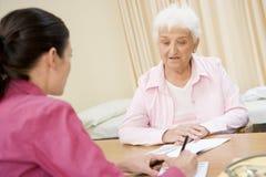 Mujer en la oficina del doctor Imágenes de archivo libres de regalías