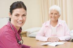 Mujer en la oficina del doctor Imagen de archivo libre de regalías