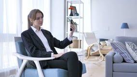 Mujer en la oficina que toma Selfie en Smartphone almacen de video