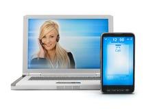 Mujer en la pantalla de la computadora portátil y el teléfono móvil imagen de archivo