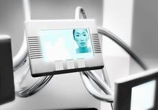 Mujer en la pantalla de la comunicación video foto de archivo