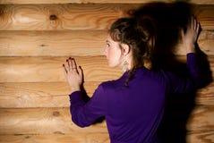 Mujer en la pared. Foto de archivo