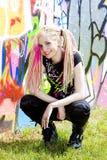 Mujer en la pared del graffitti Foto de archivo libre de regalías