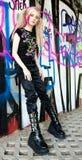 Mujer en la pared del graffitti Imagen de archivo libre de regalías