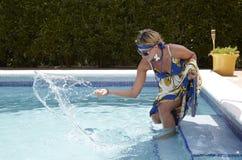 Mujer en la piscina Fotografía de archivo libre de regalías