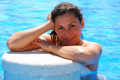 Mujer en la piscina fotos de archivo