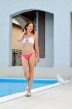 Mujer en la piscina casera Foto de archivo