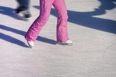 Mujer en la pista de hielo Imagen de archivo libre de regalías