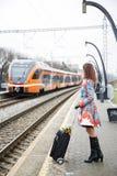Mujer en la plataforma y el tren Imágenes de archivo libres de regalías