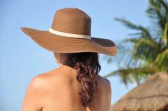 Mujer en la playa fotos de archivo libres de regalías