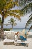 Mujer en la playa imagen de archivo