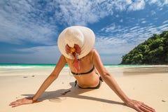 Mujer en la playa blanca tropical Imagen de archivo
