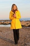 Mujer en la playa con café Fotos de archivo