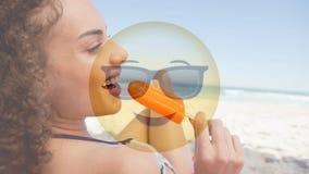 Mujer en la playa con el emoticon almacen de video