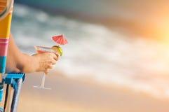 Mujer en la playa con la bebida tropical imagen de archivo libre de regalías