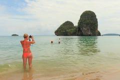 Mujer en la playa de Railay que toma una foto Imagen de archivo libre de regalías