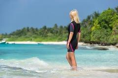 Mujer en la playa del fondo Imágenes de archivo libres de regalías