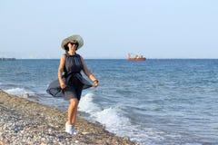 Mujer en la playa del mar fotos de archivo