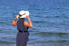 Mujer en la playa del mar imagenes de archivo