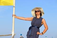 Mujer en la playa del mar imagen de archivo libre de regalías