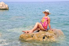 Mujer en la playa del mar fotografía de archivo