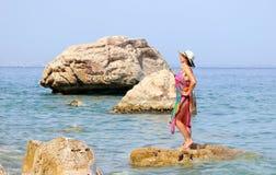 Mujer en la playa del mar fotos de archivo libres de regalías